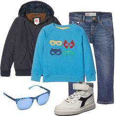 Look da bambino, composto da giubbotto blu scuro con cappuccio abbinato ad una felpa blu in cotone e ad un jeans blu, sneakers alte bianche. A completare il look: occhiali da sole blu in plastica.