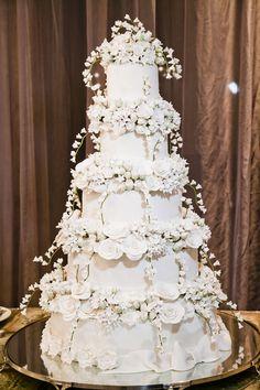 Pin by Carolina on bolo in 2019 Extravagant Wedding Cakes, Luxury Wedding Cake, Wedding Dress Cake, Amazing Wedding Cakes, Elegant Wedding Cakes, Wedding Cakes With Cupcakes, Wedding Cake Decorations, Wedding Cake Toppers, White And Gold Wedding Cake
