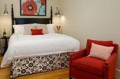 Một vài chấm phá màu sắc cũng có thể đem lại sự sinh động cho căn phòng, nhưng bạn đừng lạm dụng quá.