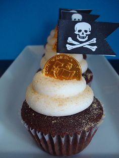Decoración: Cualquier cupcake se vuelve pirata con esta moneda de chocolate en la punta y una banderita pirata #PopUpParty