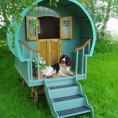 Look how cute this dog house is! An old time-y gypsy wagon dog house for a vintage feel. Gypsy Caravan, Gypsy Wagon, Gypsy Trailer, Cool Dog Houses, Play Houses, Tree Houses, Amazing Dog Houses, Outside Dog Houses, Small Houses