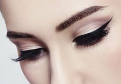 Everything you need to know about each type of eyeliner, plus application tips from professional make-up artists. Eyeliner Hacks, Felt Tip Eyeliner, Eyeliner Styles, How To Apply Eyeliner, Pencil Eyeliner, Applying Eyeliner, Makeup Hacks, Makeup Routine, Basic Eye Makeup