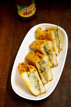 stuffed bread pakora - an awesome north indian snack of spiced mashed potatoes sandwiched between bread slices, coated with chickpea flour batter and then deep fried. Excellent to use up leftover bread. Indian Appetizers, Indian Snacks, Indian Food Recipes, Vegetarian Recipes, Indian Breads, Tea Time Snacks, Iftar, Breakfast Recipes, Snack Recipes