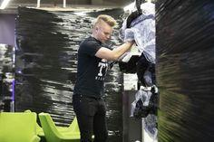 Musta perjantai on hullaannuttanut suomalaiset lopullisesti – kaupat myyvät jopa satakertaisesti tavaraa, vaikka vain harvat hinnat ovat oikeasti halpoja   Yle Uutiset   yle.fi