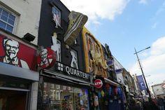 Blick auf die bunte Camden High Street im Londoner Stadtteil Camden Town. Streetart und urbane Kunst in London. Schaut mal vorbei und macht eine guided Streetart Tour mit Fotos fürs Leben http://www.fotos-fuers-leben.ch/fotokurs/street-art-fotografie/street-art-tour-london/