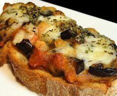 Para preparar esta receta cocinamos las verduras a la plancha. Hemos escogido berenjenas y tomate, pero podemos cambiar los ingredientes a gusto. Para gratinar la tostada utilizamos hierbas y queso mozarella. ¡Toda una delicia!