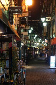 夜散歩のススメ「蒲田 バーボンロードの看板」東京都大田区 Cyberpunk City, Japan Street, Japanese Landscape, Blue City, Alleyway, City Landscape, Nihon, Travel Aesthetic, Photo Reference