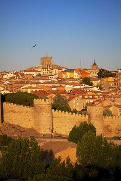ESPAÑA - ÁVILA (1985). Fundada en el siglo XI ha preservado su arquitectura medieval, de la que son muestras la catedral gótica y las murallas #Ávila
