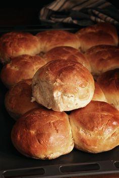 Αυτά τα ψωμάκια μπριός ετοιμάζονται σε 40'. Είναι εύκολα, στρουμπουλά και αφράτα, ενώ δεν έχουν καθόλου αναμονή. Είναι ιδανικά για μπέργκερς και σάντουιτς.