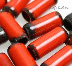 Abalorios de tubo de cobre esmaltado rojo. ¿Buscando sólo el grano adecuado para su proyecto? Echa un vistazo estos granos de la tubería de cobre esmaltado inusual! son muy bonitos!  Hacer esto a mano, utilizando tubería de cobre reciclada. Cada grano es a mano corte, escariado y caído durante la noche. Los granos son luego antorcha encendió con varias capas de esmalte rojo. El resultado es una hermosa combinación de rojo y negro y una visión del cobre en los bordes.  Este listado es para 2…