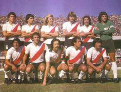 1977 River Plate  De Pie: Pasarella, Comelles, Merlo , Lonardi , Hector Lopez y Filliol  Hincados: Pedro Gonzalez , Marchetti , Luque, J.J. Lopez y Ortiz