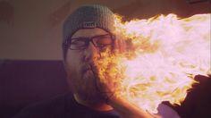 Keine Ahnung wie man auf die Idee kommt, sich in Superzeitlupe eine brennende Hand ins Gesicht zu schlagen. Liegt wohl am Feuereifer Wie auch immer, die feurige Backpfeife sieht jedenfalls interessant aus und abseits dieser gibts auch sonst noch einige schöne Sachen in bis zu 3 000 Frames die Sekunde zu sehen