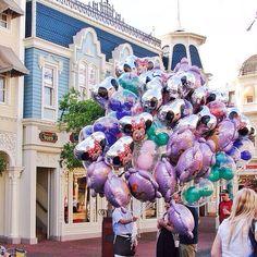 Balões! Qual criança não fica enlouquecida por um?? #malasepanelas #disney #wdw #waltdisneyworld #viagememfamilia #latergram #orlando