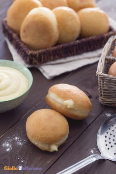 Una delle tentazioni più invitanti per #Carnevale e non solo: le bombe fritte calde (savory doughnuts filled with Mornay sauce)! #ricetta #GialloZafferano #Carnival #italianfood #italianrecipe http://speciali.giallozafferano.it/carnevale