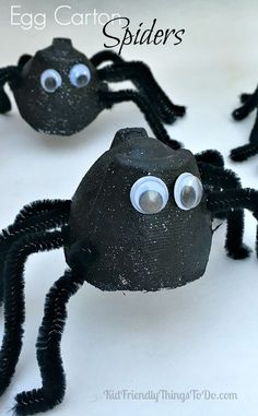 october crafts Egg Carton Spider Craft - This is a great craft for little ones, and so adorable for Halloween parties, or a unit on bugs in class! Diy Halloween Spider, Halloween Spider Decorations, Spider Crafts, Halloween Crafts For Kids, Halloween Activities, Halloween Parties, Homemade Halloween, Skeleton Decorations, Halloween Costumes