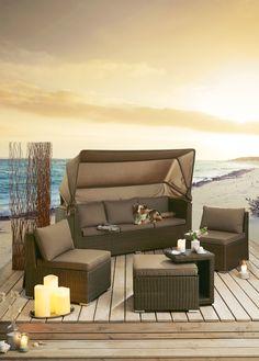 Hochwertige Lounge-Insel aus Kunststoffgeflecht mit Stahlgestell, inkl. Auflagen und Zierkissen mit Reißverschluss.