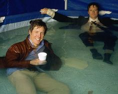 "Hugh Grant e Colin Firth sul set di Il diario di Bridget Jones, (2001)Hugh Grant e Colin Firth no set de ""O diario de Bridget Jones"" (2001)"