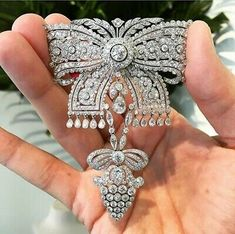 Diamond bow brooch by Cartier, circa epitomizes the Belle Epoque style. Bow Jewelry, I Love Jewelry, Art Deco Jewelry, High Jewelry, Modern Jewelry, Diamond Jewelry, Jewelry Accessories, Fashion Jewelry, Jewelry Design