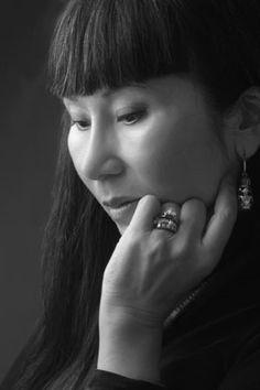 Amy Tan - foi a minha primeira Autora Asiática. Sua escrita me autorizou a rir em voz alta sobre as qualidades de ser mãe asiática, que eu achava tão terrivelmente irritante. Tan conta suas histórias maravilhosas com apenas um toque de sobrenatural que é tão comum na cultura das famílias asiáticas. IKW