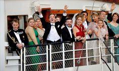 Christopher O'neill (now husband of Swedish Princesss Madeleine) happy the boat with the wedding guest finally are arrivng at Drottningholms castle! :-D  bröllopsfesten | Nyheter | Aftonbladet