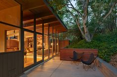 Beautifully constructed and remodeled wall of windows. Mid-Century Modern Renovation by Koch Architects Mid Century Decor, Mid Century House, Modern Buildings, Modern Architecture, Midcentury Modern, Modern Exterior, Modern Patio, Modern Spaces, Modern Interior Design