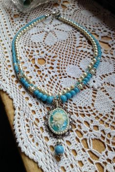 Necklace handmade by Ann Francis using vintage pearls, vintage Japanese glass beads and cameo pendant la secuencia