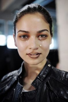 Vivienne Westwood makeup at PFW...@Vanessa Esteves didnt you say you wanted to bring back lip liner? hehe