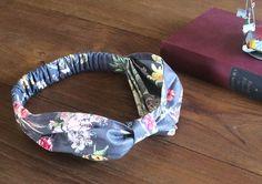 2017年の夏も大人気のヘアターバン。忙しい朝でも、ひとつ持っていれば簡単につけることができ、あっという間におしゃれなヘアアレンジができます! 今回は生地ブランド「YUWA(有輪商店)」のボタニカル柄生地を使って作ってみ…