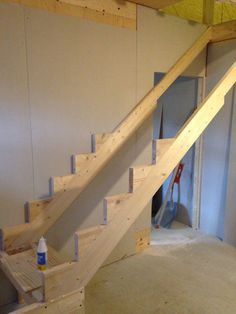 Bildresultat för bygga trappa mdf Loft Stairs, Deck Stairs, House Stairs, Diy House Updates, Stairs Stringer, Staircase Handrail, Stair Well, Building Stairs, Enclosed Patio