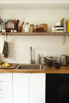L型の棚受が一般的ですが、棚受の金物の形状を写真のようなバー状のものを選んでみると、棚受けとタオル掛けを兼ねることができて一石二鳥です。S字フックをひっかけて調理器具をぶらさげても便利。