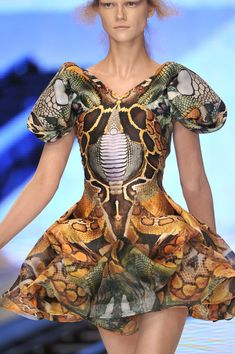 See every last detail from shoes and jewels, to bags and belts, from the Alexander McQueen Spring 2010 Ready-To-Wear show. I Love Fashion, Fashion Week, Fashion Art, Fashion Design, Spring Fashion, Womens Fashion, Couture Fashion, Runway Fashion, Paris Fashion