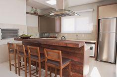 A cozinha remete integração entre os convidados. A sugestão foi fazer um ambiente totalmente conjugado com o restante da sala.
