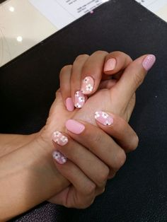 Pink & Peach mix match colored nails with White pallets to create a flowers with smaller size Gold center