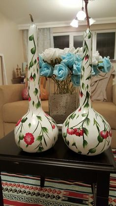 How to Make Paper Mache Vases from Balloons Decorative Gourds, Hand Painted Gourds, Recycled Crafts, Diy And Crafts, Making Paper Mache, Gourds Birdhouse, Gourd Lamp, Paper Flower Backdrop, How To Make Paper