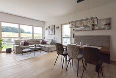 Ein lichtdurchfluteter Ess- und Wohnbereich mit perfekt passenden Möbeln befindet sich in diesem HARTL HAUS Kundenhaus. Modern, Conference Room, Dining Table, Furniture, Home Decor, Living Area, Dining Rooms, Home Decor Accessories, Ad Home