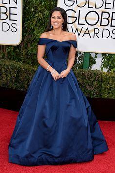 Gina Rodriguez, acudió con un vestido en azul marino de Zac Posen, con hombros abiertos y falda evasé.