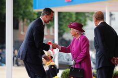 El Rey recibe el saludo de la reina Isabel II de Inglaterra - Casa S.M. El Rey    La reina Letizia ha vuelto a confiar en Felipe Varela para su primer look en Reino Unido. Doña Letizia ha desafiado a la mala suerte con un vestido de seda amarillo con detalle de encaje blanco en el bajo, combinado con un abrigo de tweed en amarillo pastel, también con detalles de encaje a juego.