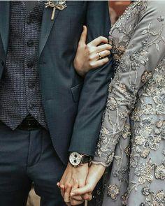 Mode Tutorial and Ideas Muslim Couple Photography, Wedding Photography Poses, Wedding Poses, Wedding Photoshoot, Wedding Couples, Babies Photography, Wedding Ideas, Wedding Bride, Wedding Details
