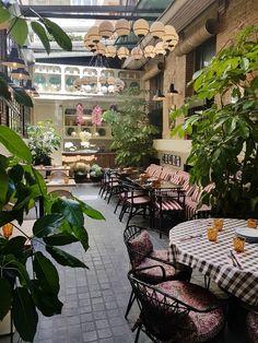 Interior de Fellina Madrid Nightlife, Madrid Restaurants, Coffee Restaurants, Italian Restaurant Decor, Restaurant Furniture, Restaurant Design, Bar Madrid, Madrid City, Madrid Tapas