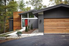 35 Popular Mid Century Modern House Exterior Design Ideas - Mid Century Homes is one of the best examples of architecture which works towards bringing nature close to the home owner. Their spacious design and l. Architecture Design, Facade Design, Exterior Design, Exterior Colonial, Modern Exterior, Ranch Exterior, Exterior Homes, Grey Exterior, Exterior Cladding