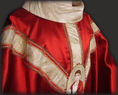 Casula rossa ricamata dedicata a San Tommaso. Red chasuble with embroidery os St. Thomas.