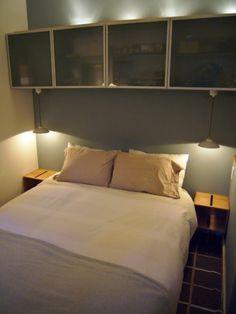 Camera in stile contemporaneo - Piccola camera da letto arredata in stile moderno.