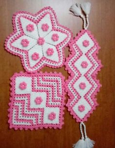 This Pin was discovered by Ayş Crochet Potholder Patterns, Crochet Patterns For Beginners, Yarn Projects, Crochet Accessories, Crochet Flowers, Diy And Crafts, Weaving, Embroidery, Christmas Ornaments