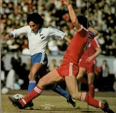 CD Nacional 1 Nottm Forest 0 in Feb 1981 in Tokyo. Waldemar Victorino and Larry Lloyd in action at the Intercontinental Cup.