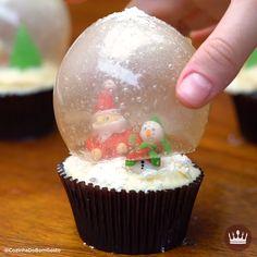 Um globo de neve totalmente comestível! Mini Christmas Cakes, Christmas Cake Topper, Christmas Cake Decorations, Christmas Desserts, Christmas Treats, Holiday Treats, Christmas Cookies, Fondant Cupcakes, Cupcake Cakes