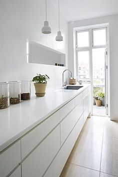 Cheap Home Decor Home of an interior architect - via Coco Lapine Design.Cheap Home Decor Home of an interior architect - via Coco Lapine Design Home Interior, Kitchen Interior, New Kitchen, Interior Design, Kitchen White, Kitchen Ideas, Interior Modern, Design Kitchen, Gally Kitchen