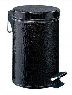 Das schwarze Kroko-Kunstleder sieht tatsächlich aus wie echtes Leder. Der Treteimer aus Edelstahl ist vollflächig mit Kunstleder bezogen, der herausnehmbare Einsatz ist aus Kunststoff.