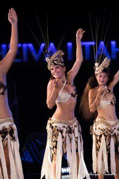 Polynesian Girls, Polynesian Dance, Polynesian Culture, Islas Cook, Tahitian Costumes, Tahiti French Polynesia, Tahitian Dance, Tahiti Nui, Hawaiian Woman