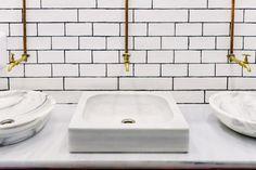 Fregadero de mármol en un baño público con grifo de agua dorado retro con tubos de cobre en la pared Foto Premium Sink, Retro, Bathroom, Home Decor, Kitchen Black, Wall, Kitchens, Public Bathing, Chest Tube