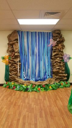 DIY Waterfall made of streamers and paper Hay algo mejor que united nations antes ymca Waterfall Decoration, Diy Waterfall, Forest Classroom, Classroom Decor, Disney Classroom, School Decorations, Paper Decorations, Diy Jungle Decorations, Enchanted Forest Book